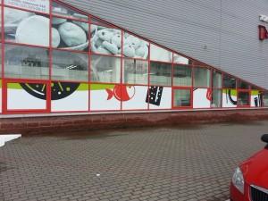 Брендирование стекол торгового центра